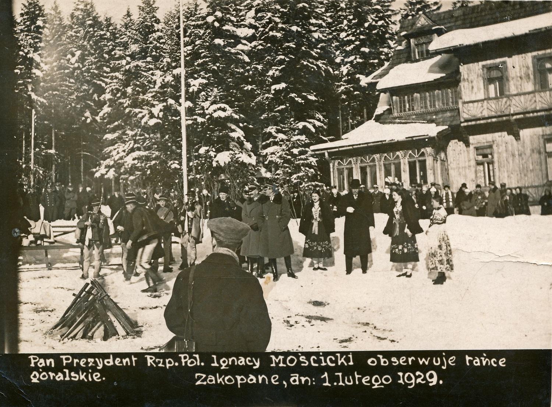 Ignacy Mościcki na terenie wystawionej na sprzedaż posiadłości