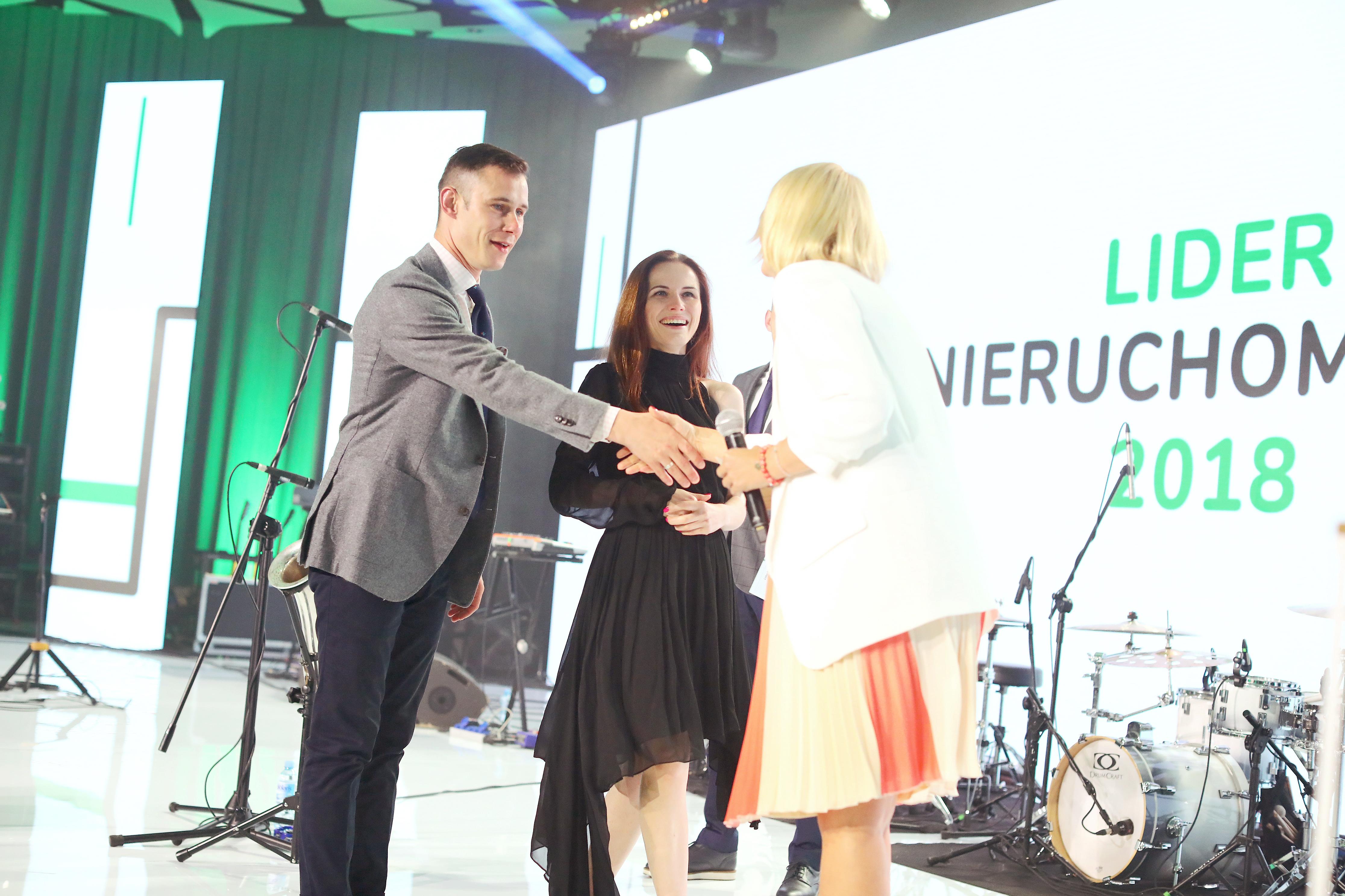 Krystian Podbielski i Małgorzata Podbielska odbierają statuetkę od Moniki Rudnickiej z Otodom