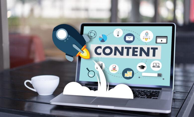 Otwarty komputer z grafikami symbolizującymi content online.
